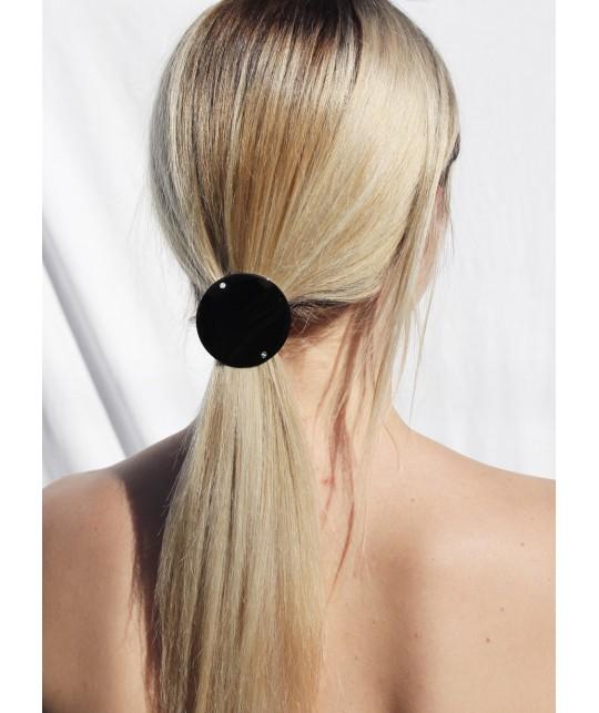 Coiffure queue de cheval avec hair clip rond en argent noir
